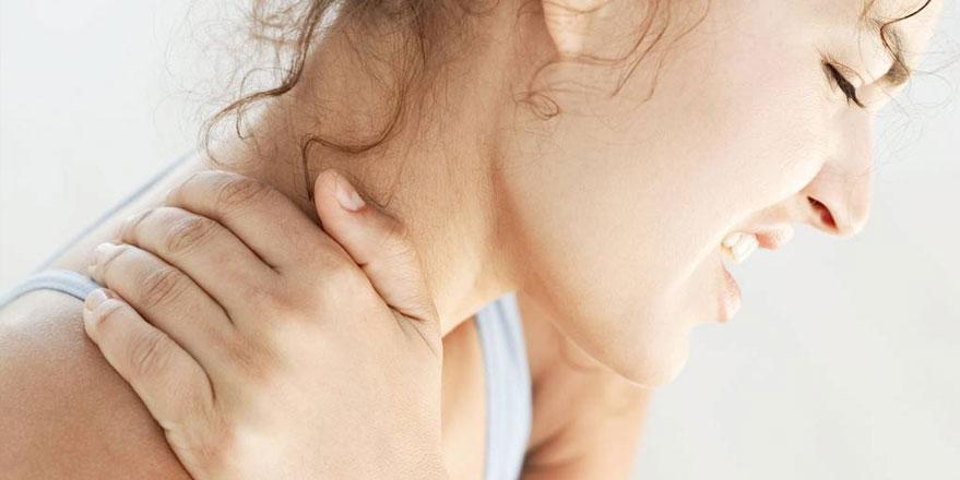 dolor debajo de las costillas y espalda